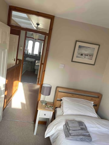 Small bedroom with single bed