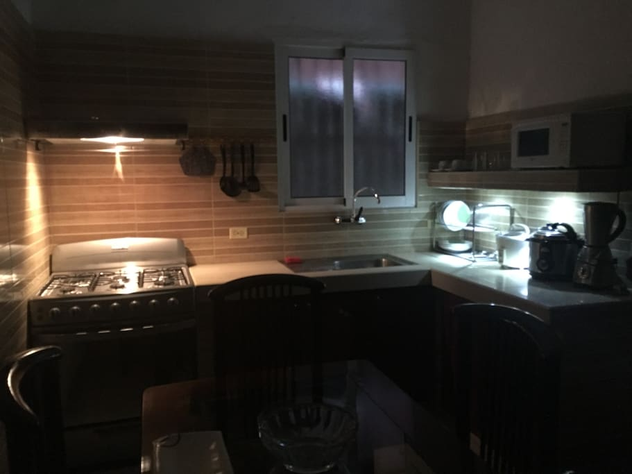 Cocina equipada vista nocturna