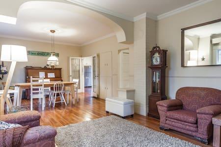 Designated heritage home 3bd + loft - Langley - บ้าน