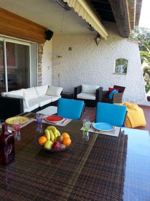 Grande terrasse vue mer avec table à manger pour 12 et coin salon