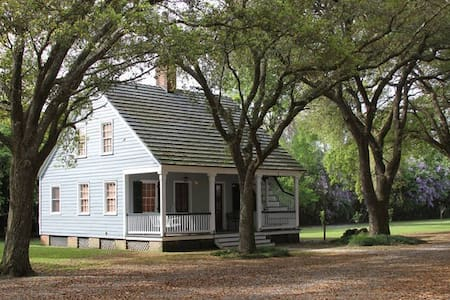 "Historic Plantation Home, ""Big Oak Cottage"""