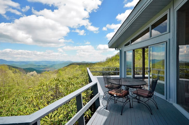 RUSTIC Retreat w/private SPRING FED POOL & hot tub - Maggie Valley - House