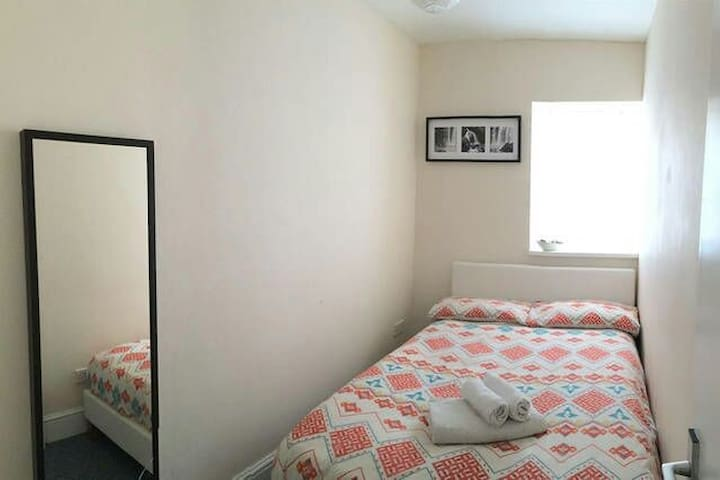 Cosy room in a friendly home in the centre - Bristol clifton - บ้าน