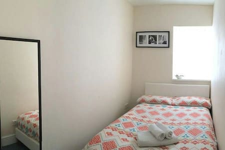 Cosy room in a friendly home in the centre - Bristol clifton - 一軒家