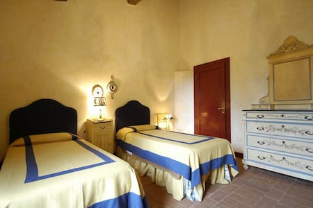 twin bedroom - Collesalvetti - Bed & Breakfast