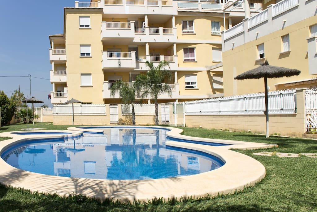 Cerca del centro urbano con piscina apartamentos en for Camping con piscina climatizada en comunidad valenciana