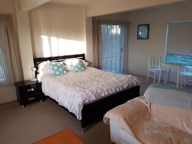 Large bedsit flat with kitchen and bathroom - Papamoa