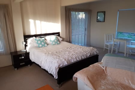 Large bedsit flat with kitchen and bathroom - Papamoa - Hus