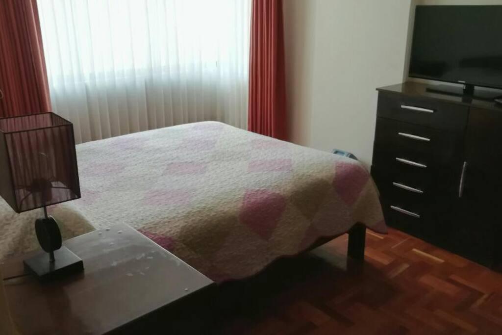 Dormitorio totalmente amoblado, cama matrimonial, veladores, roperos, lamparas y otros