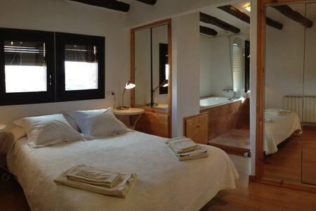 Habitación con jacuzzi en Montsonis - Montsonís - Oda + Kahvaltı