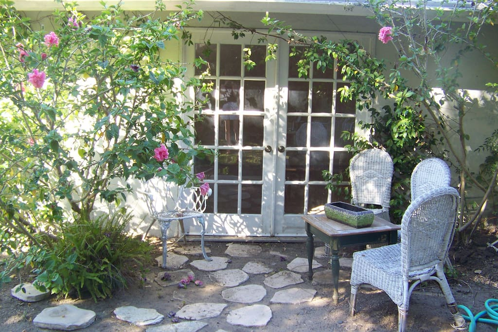 Charming cottage like Studio in Bel Air hills!  Enter!