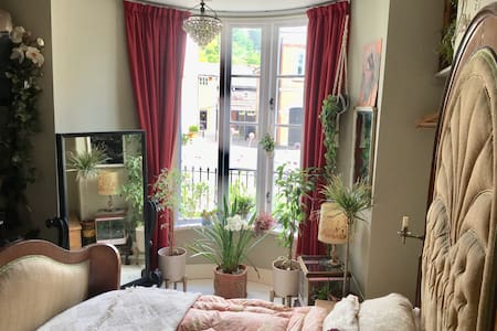 Romantic, artist's flat, superb central location.