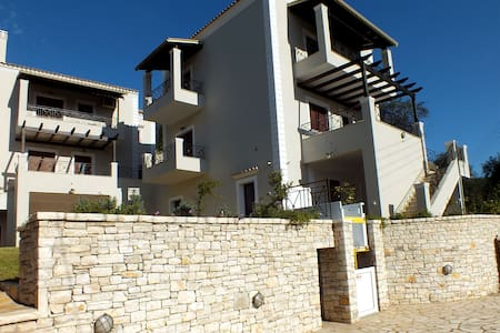 Brand New villa next to a picturesque village ! - Nymfes - Villa