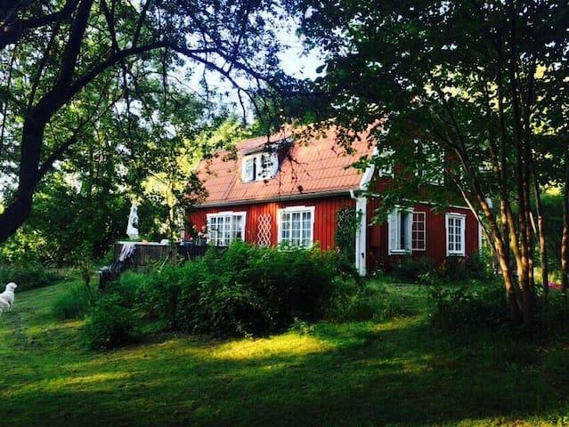 Rum i hus på landet 35 min från Stockholm City.