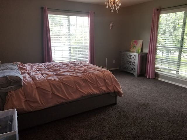 Spacious bedroom 4 miles from UA/ Dickson Street