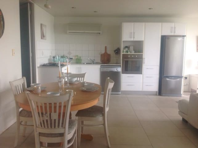 Full kitchen and dinning area