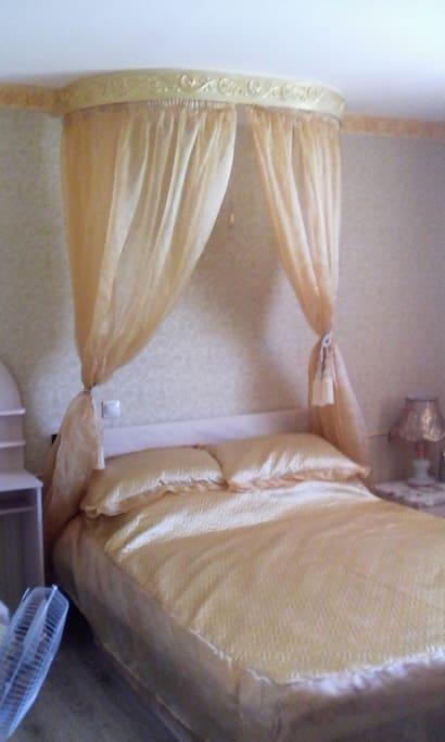 Золотая спальня. Одна дауспальняя кровать. На одного 500 руб. За двоих 10000руб. Приставное место бесплатно