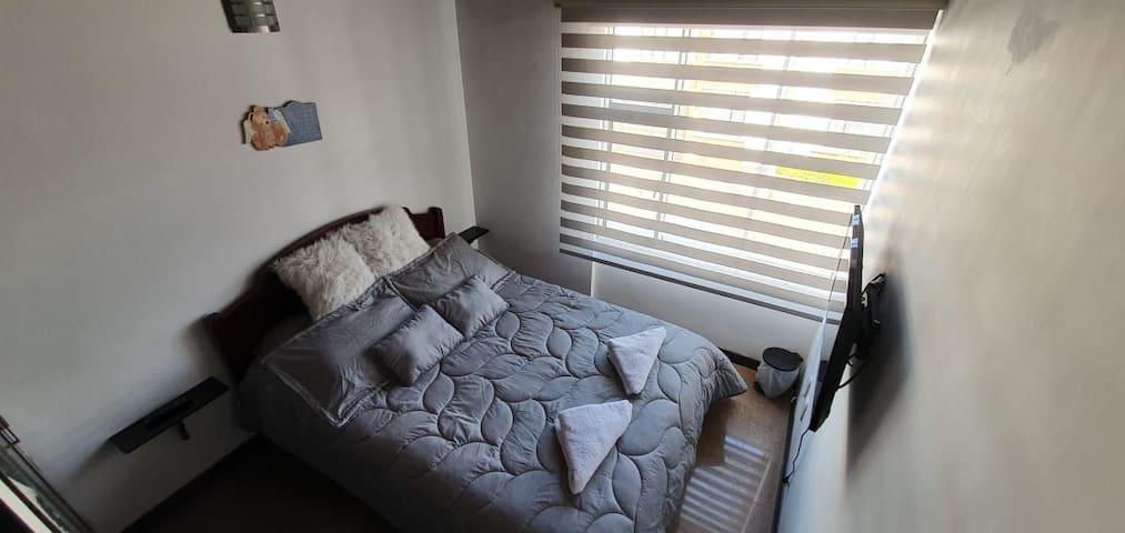 Alcoba dotada con cama doble