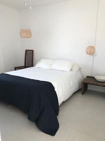 Dormitorio  con armario empotrado/ Bedroom with built-in wardrobe