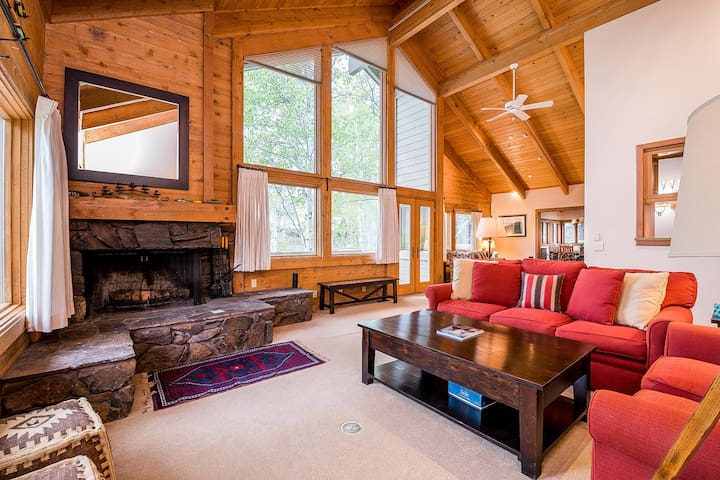 Mountain view home w/private sauna, hot tub & direct access to Big Wood River