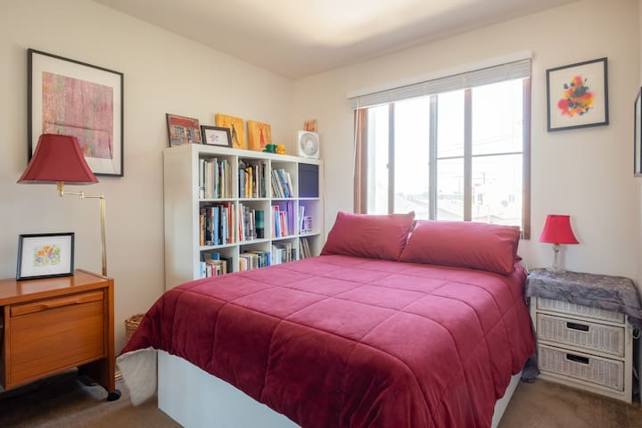 Quiet room in Pt Loma near beach, bay and airport