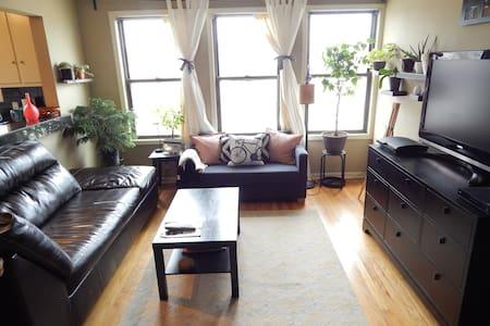 Charming, Artsy 2 Bedroom Apartment - Royal Oak - Wohnung