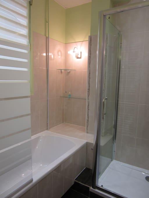 grande baignoire,douche spacieuse.