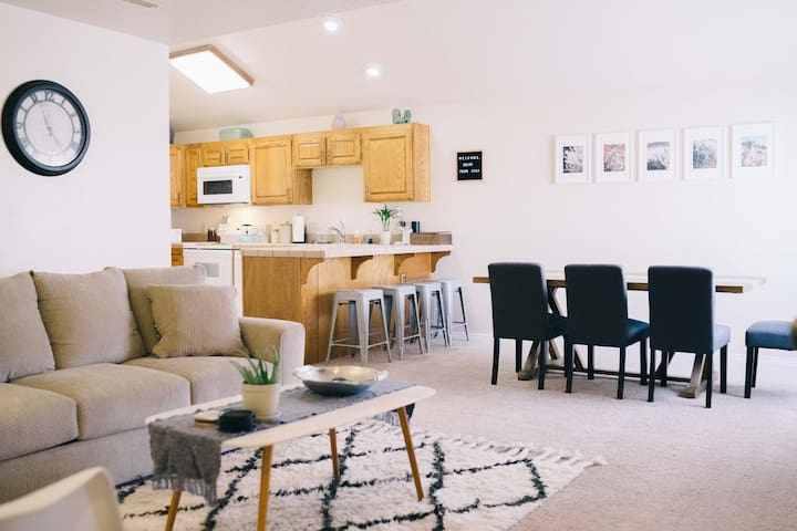 Relaxing 2 Bed/Bath Condo Min. Away from Adventure