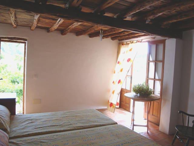 dormitorio doble con baño y terraza