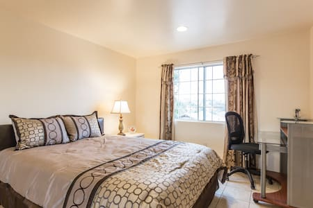 Spacious 2 bedrm apartment with Private Parking - Los Angeles