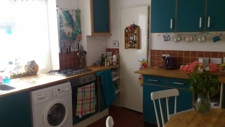 Bright, clean, central 2 bedroom flat