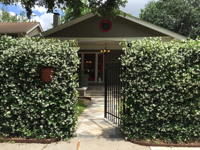 Central & Cozy Cottage - Houston - Guesthouse