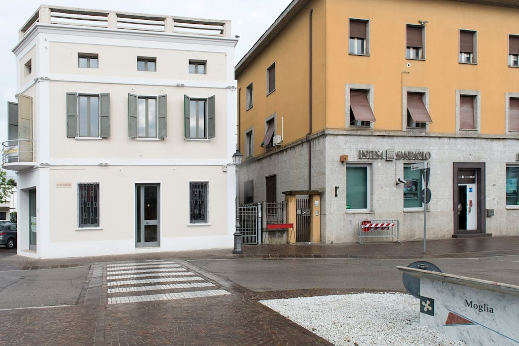 Outside the Building /palazzo esterno