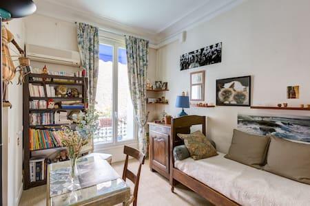 Nice bedroom and breakfast next to PARIS .