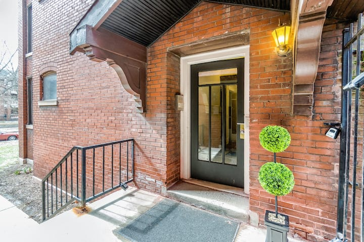 Comfy St Louis 2BR/1BA by Forest Park, Wash U!