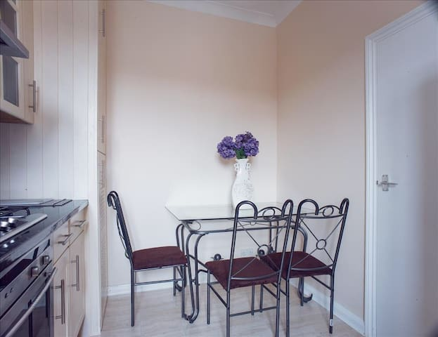 London 3 Bed Flat, 12 min to Central London - ลอนดอน