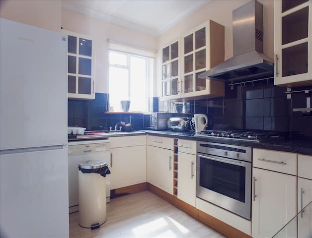 Bright, Spacious 3 Bed Flat, 5 Beds, Sleeps 7 - London - Apartment