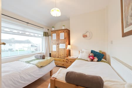 Central to city centre private bedroom - access to lovely garden