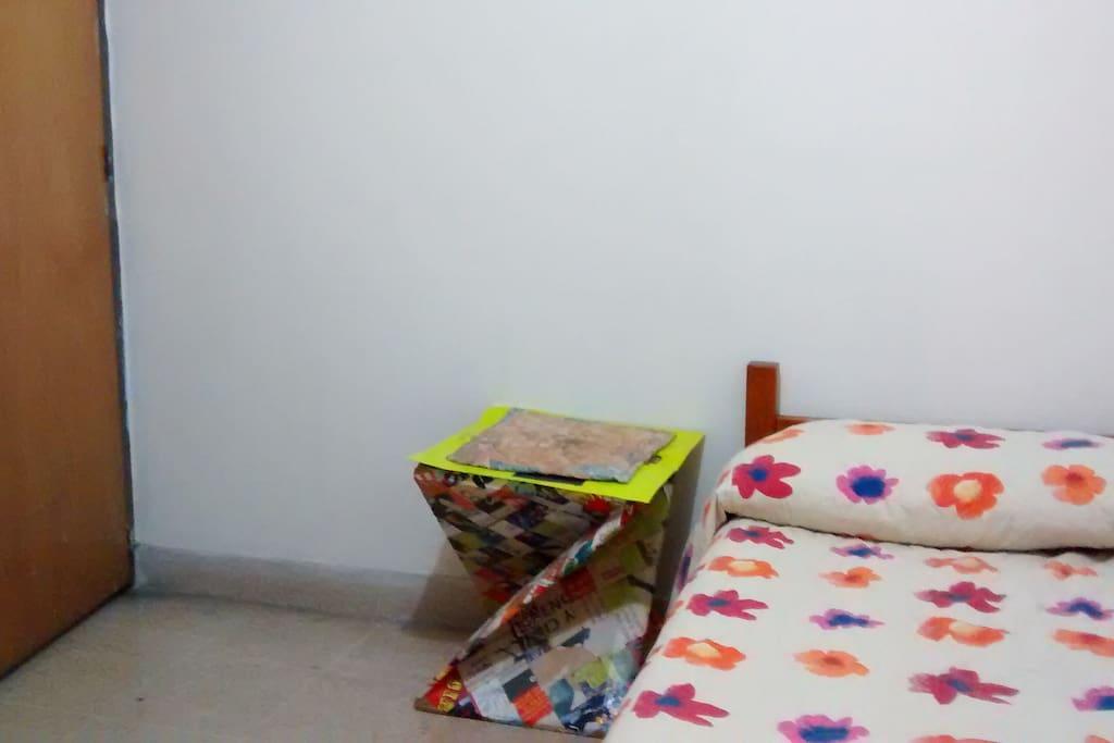 Hab. # 2 - cama individual, mesita, closet, armario, espejo, escritorio.