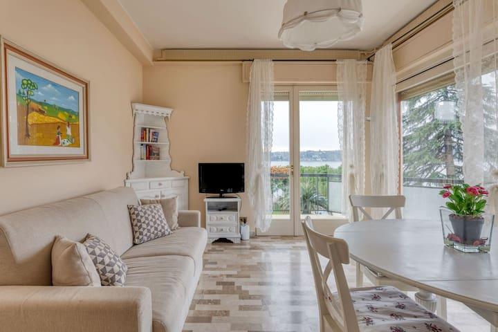 Snug Holiday Home in Salò with balcony