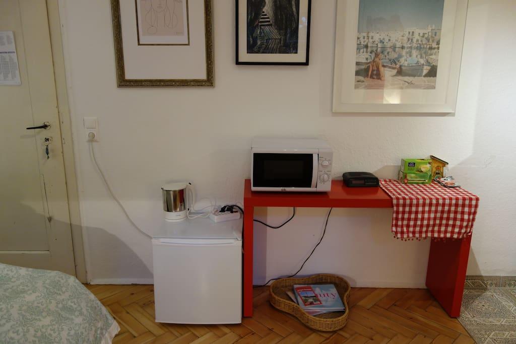 kleiner Kühlschrank und Microwave