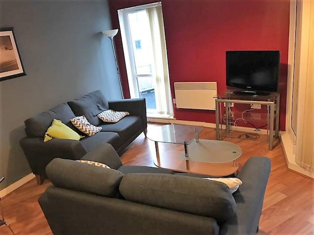 Spacious Modern, 2 Bed Apartment, Great Location