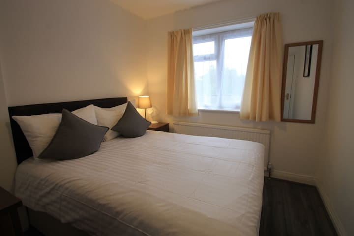 Cosy double room 30 seconds walk from tube station