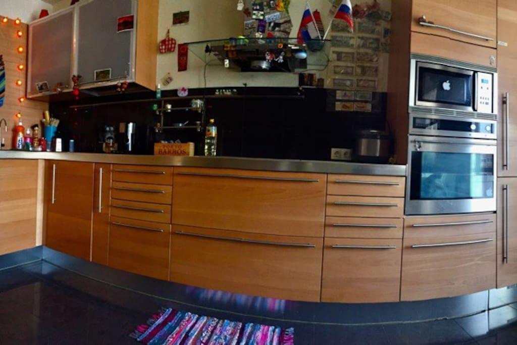 Просторная кухня совмещена с гостиной