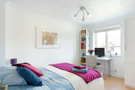 Sunny Double Room with WiFi - Two Mile Ash - Casa