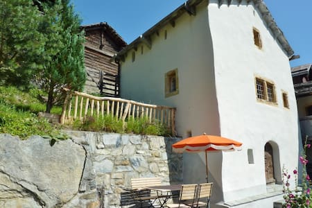 Kleiner historischer Turm mit idyllischem Garten - Albinen