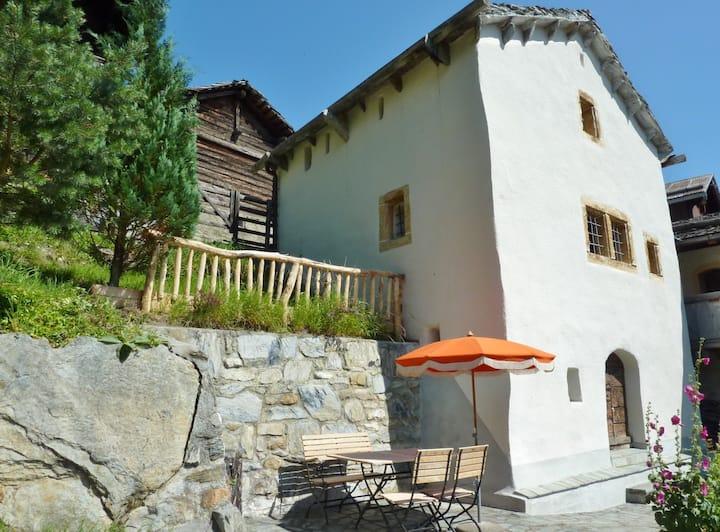 Kleiner historischer Turm mit idyllischem Garten