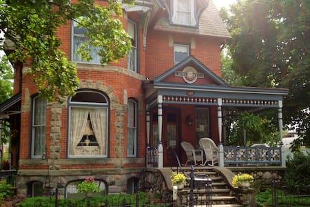 Victorian B&B Near Ann Arbor - Chelsea - Bed & Breakfast