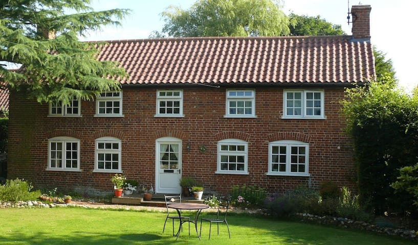 Country Cottage in Private Garden - Wickmere - Hus