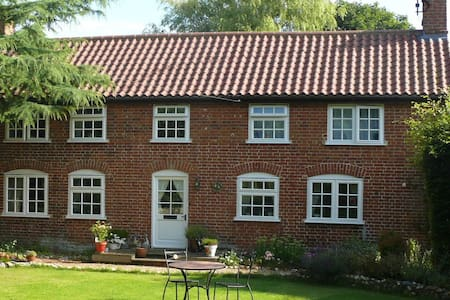 Country Cottage in Private Garden - Wickmere - Huis